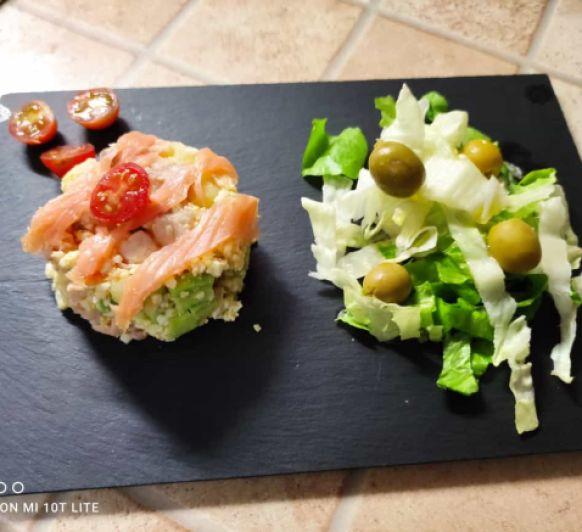 Cenas de verano. Ensalada de patata, salmón y aguacate