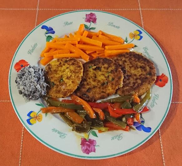 Tortitas de arroz con guarnición de zanahorias, pimientos y