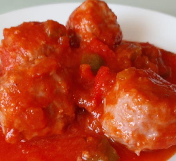 Albóndigas con salsa de tomate y pimientos