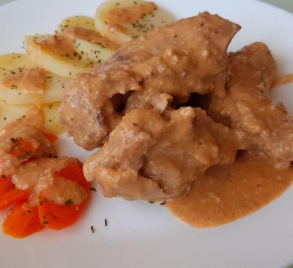 Conejo con salsa de almendras con patatas y zanahorias al vapor